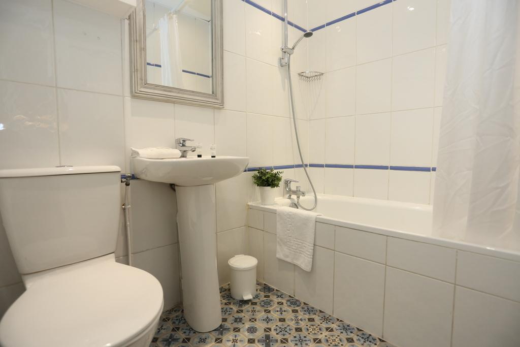 Chambre Quadruple (salle de bain privée)_29 - Avalon Hotel ...
