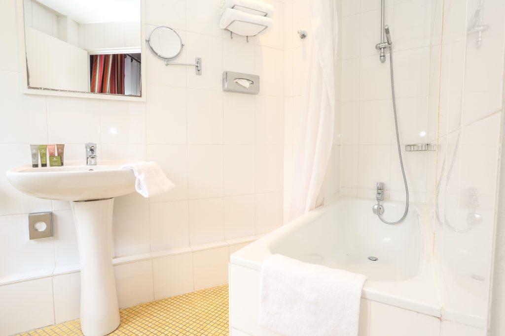 Triple-Room-bathroom